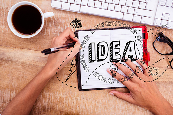 Escritorio con un cuaderno escrito (idea), café y teclado de pc