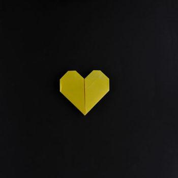 corazón de papel amarillo comunicación diseño redes sociales